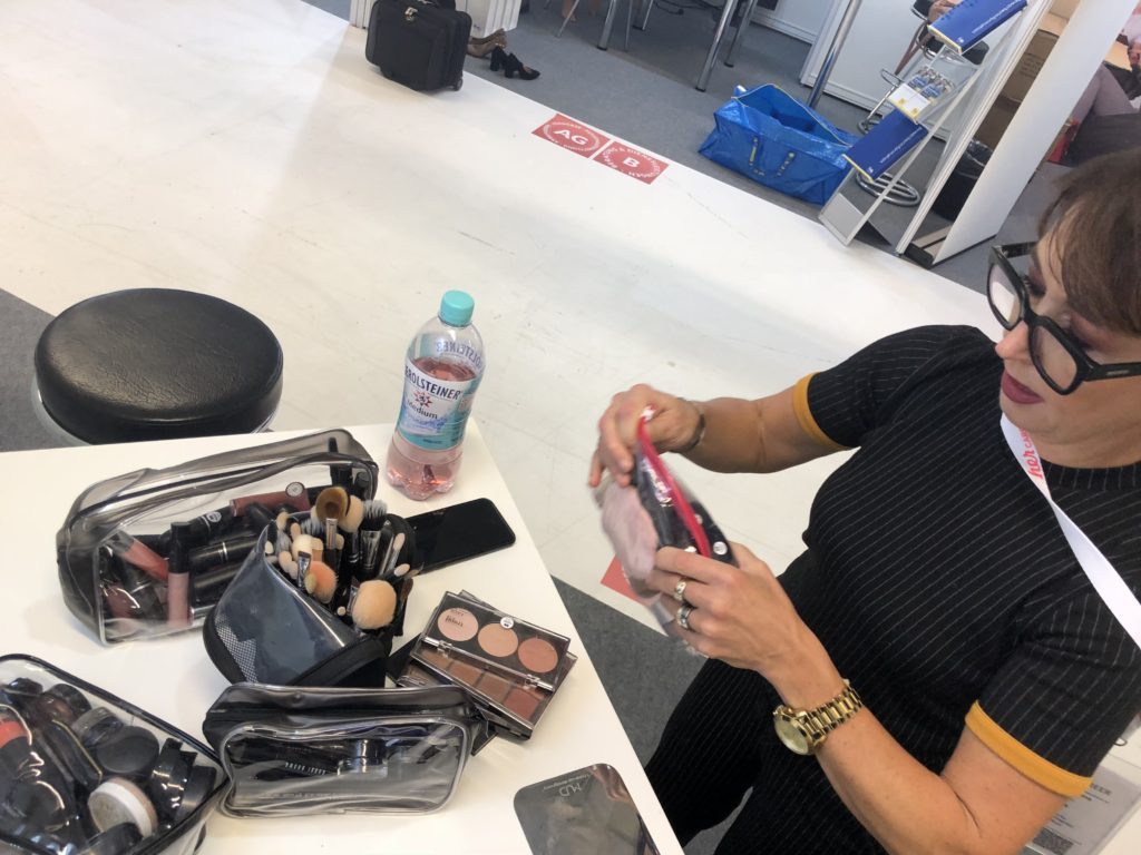 Steffi Sottorf bereitet das Makeup für mich vor. HerCareer 2018