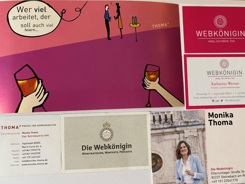 Eine Sammlung ihrer Visitenkarten von Monika Thoma.
